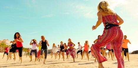 Afrodans med Cecilia Gustafsson (i förgrunden) och Malin Berghagen.      Helhetstänk med Holistic Training och Springtime på Mallorca Springtime